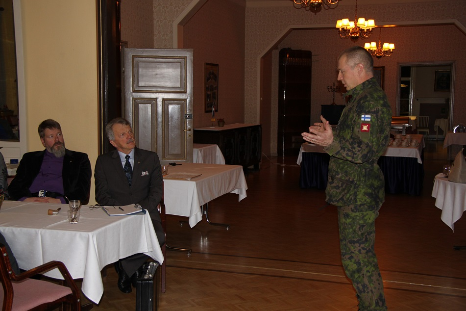 Prikaatikenraalin Hulkon esitelmää kuuntelemassa tarkkana puheenjohtaja ja hallituksen jäsen Matti Salmela.